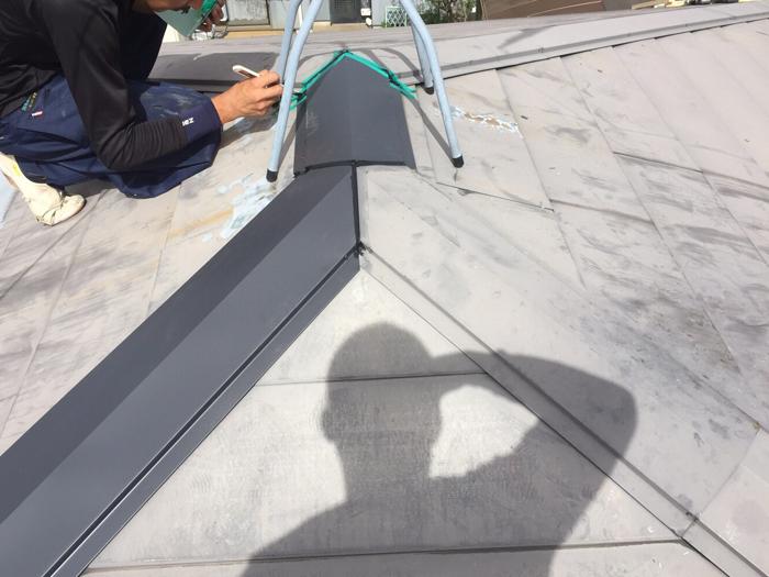 立川市 ガルバリウム鋼板の棟板金を設置
