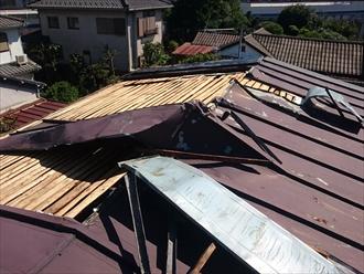 捲れたトタン屋根の状態
