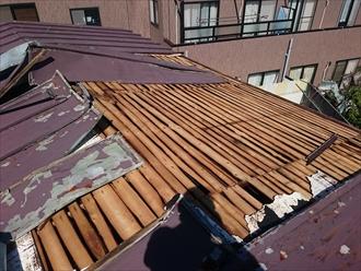 トタンが捲れて屋根の下地が剥き出し