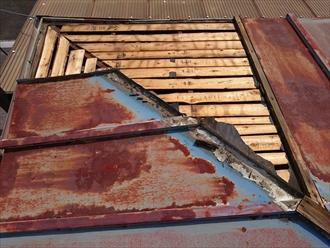 立川市西砂町で捲れたトタン屋根をガルバリウム鋼板で葺き替え工事中です