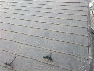 劣化したスレート屋根の表面
