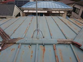 屋根は瓦棒葺きになっています