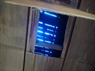 剥がれた天井からシートが見えます