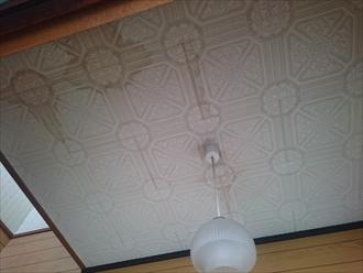 雨漏りの染みが出来ている天井