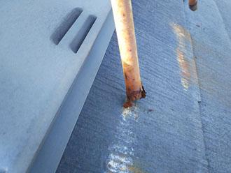 東大和市奈良橋にてアンテナのせいでスレート屋根に汚れと傷が発生