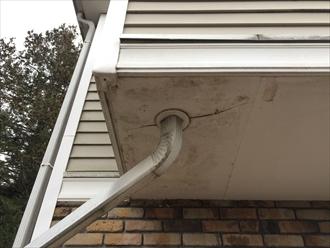 府中市東芝町で雨樋の詰まりを解消、雨樋の詰まりは建物を傷ませる可能性があります