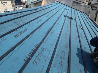 調布市調布ケ丘 屋根葺き替え工事で防水紙を設置