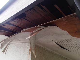 八王子市川町にて穴の空いた軒天化粧板の交換工事