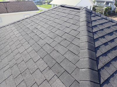 アスファルトシングルの部分葺き替えを終えた屋根