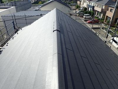 屋根カバー工法されたスレート屋根