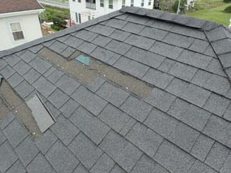 アスファルトシングルが剥がれて飛ばされた屋根