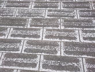 劣化すると表面の石粒が剥がれます