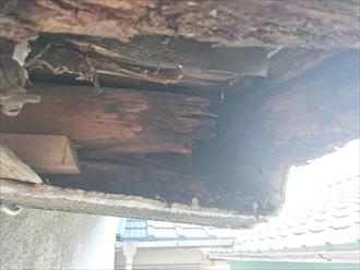 瓦の下地の劣化が原因で軒先が腐っています