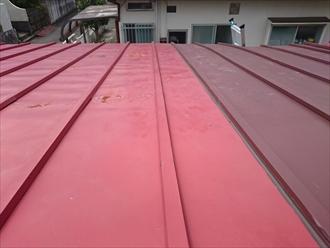 部分的に葺き替えしているトタン屋根