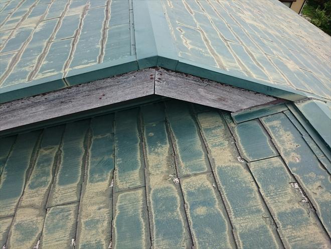 スレート葺きの屋根は大分傷んでいます