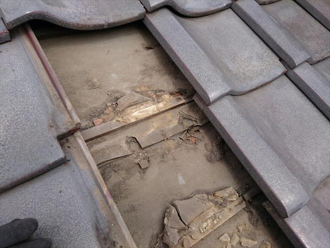 瓦の下の防水紙は大分劣化しています