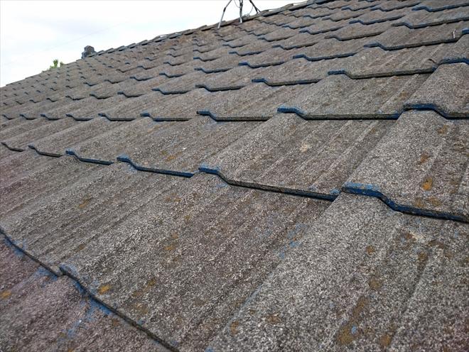 屋根にはセメント瓦が葺かれています