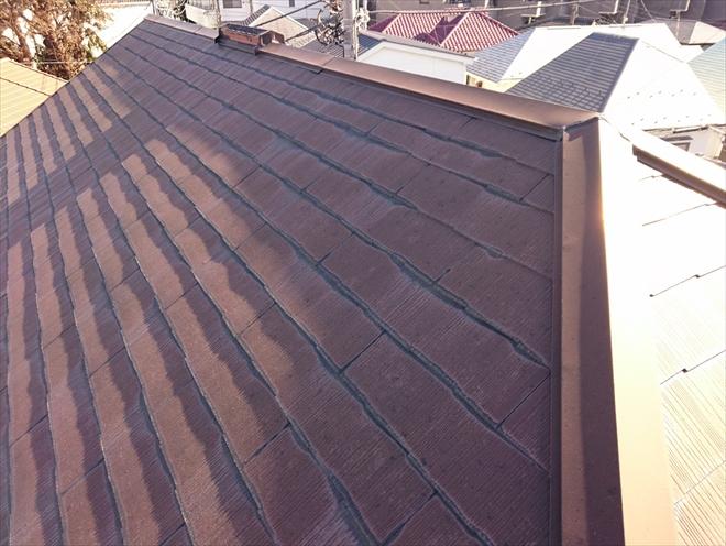 屋根の状態は塗膜が劣化しています