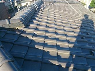 屋根に白い欠片が落ちています
