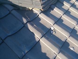 屋根の白い欠片は剥がれた漆喰