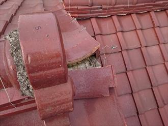 棟瓦の先にある巴瓦が落ちています