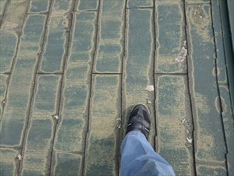 国分寺市戸倉で雨漏りにより下地がブヨブヨになった屋根をガルバリウム鋼板で葺き替えます