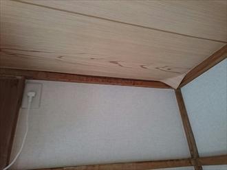 雨漏りで捲れた天井