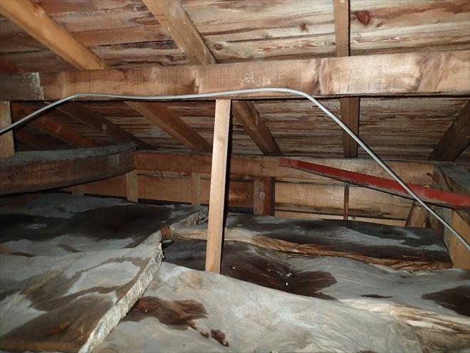 あちこちで雨漏りしている屋根
