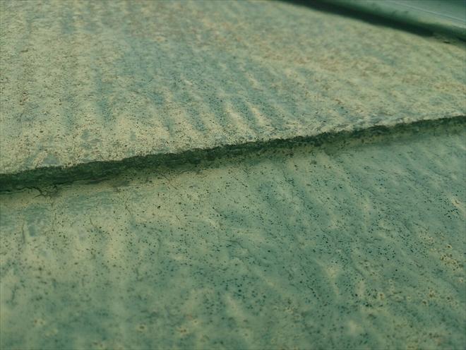 スレートとスレートの隙間が埋まっています