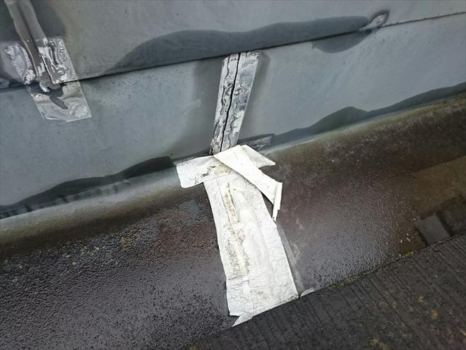 箱樋の板金の繋ぎ目はポッカリと穴が開いています
