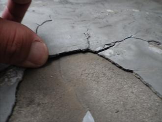 府中市白糸台でヒビ割れて雨漏りしているバルコニーは防水工事が必要です