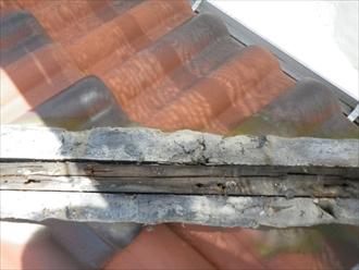 棟瓦を剥がすと傷んだ芯木が見えます