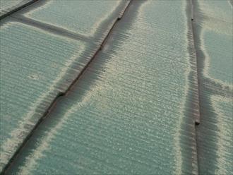 多摩市聖ヶ丘にて塗料で隙間が埋まっている為に雨漏りしたスレート屋根を直します
