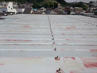 アパートの屋根は金属の折板屋根