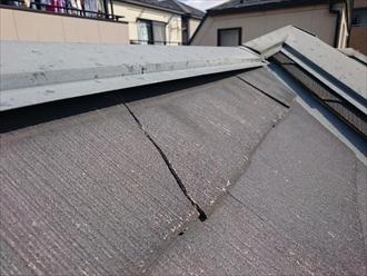 割れが出ている棟板金の回りのスレート