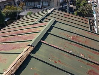 屋根には飛んでしまった部分と残っている部分があります