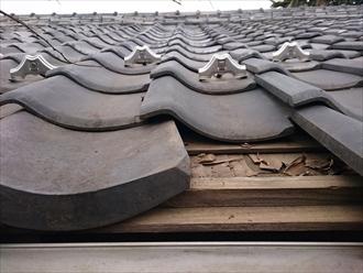 軒先の瓦が落ちた屋根