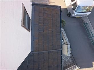 日が当たりにくい一階の屋根はコケの付着