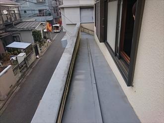 屋根をこのまま延長させる造りにします
