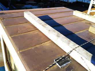 昭島市緑町 工場の倉庫の屋根葺き替え工事前 屋根が外れそうになっている