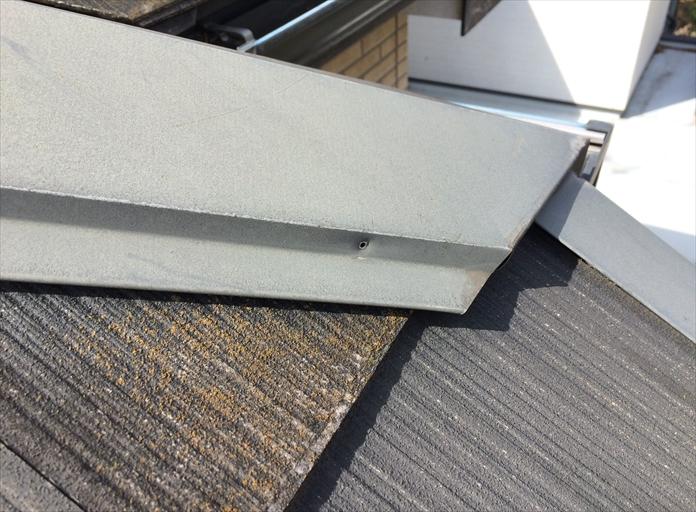 八王子市追分町の屋根外壁調査で、棟板金を固定している釘が抜けているのを見つけました