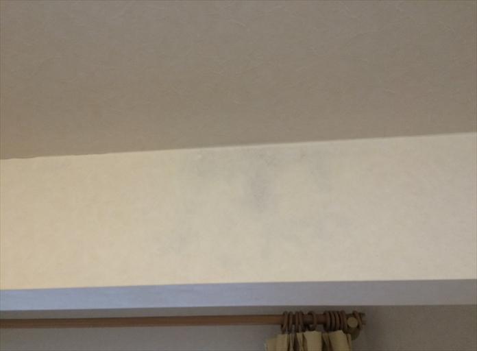 雨漏りで壁紙が変色