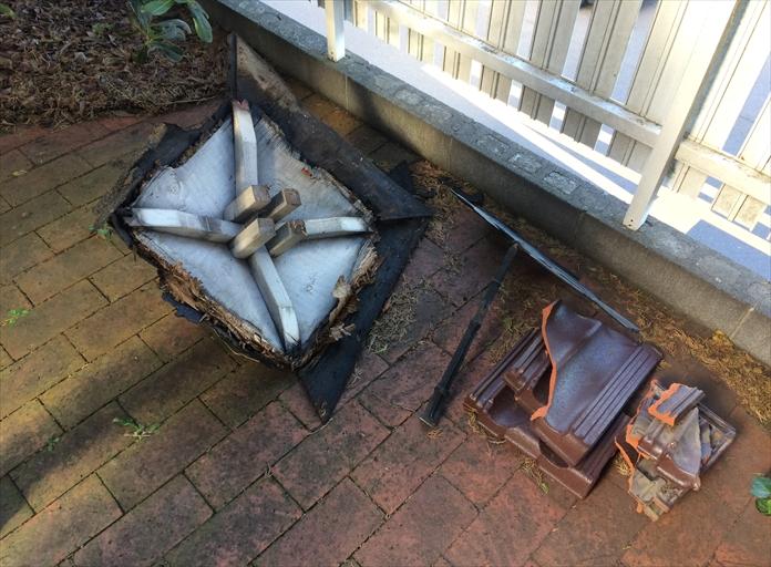 武蔵野市吉祥寺北町の瓦屋根に風見鶏が落下して破損しました