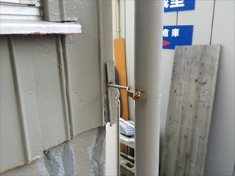 竪樋支持金具破損