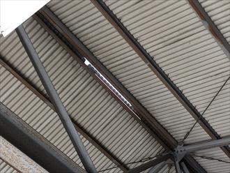 工場屋根棟材の破損拡大