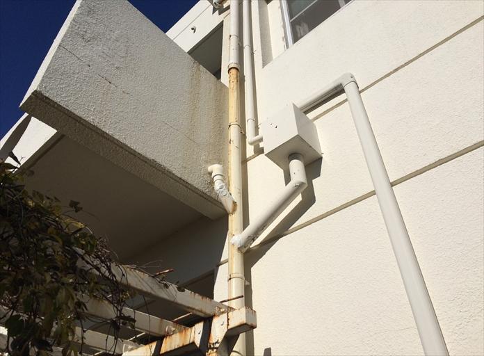 錆びて雨水が漏れている鉄製雨樋