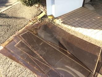 解体したカーポート屋根材