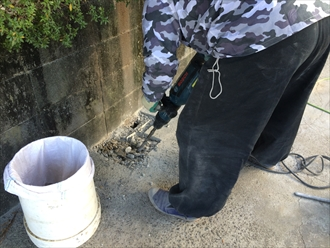 柱を抜くために地面を砕く