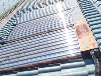 壊れている太陽熱温水器