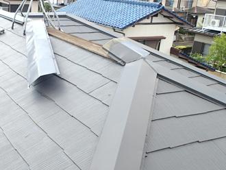 日野市多摩平 強風で捲れた棟板金